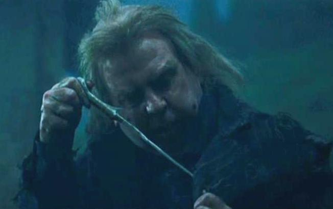 File wormtail holding voldemort 39 s wand jpg for Voldemort wand