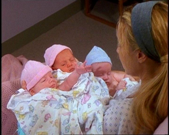 http://img2.wikia.nocookie.net/__cb20120109231547/friends/es/images/1/1d/5x03_Phoebe_and_Triplets.jpg