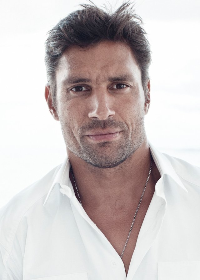 Manu Bennett earned a  million dollar salary, leaving the net worth at 1.5 million in 2017