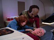 Beverly Crusher erkennt Neuralparasit (2364)