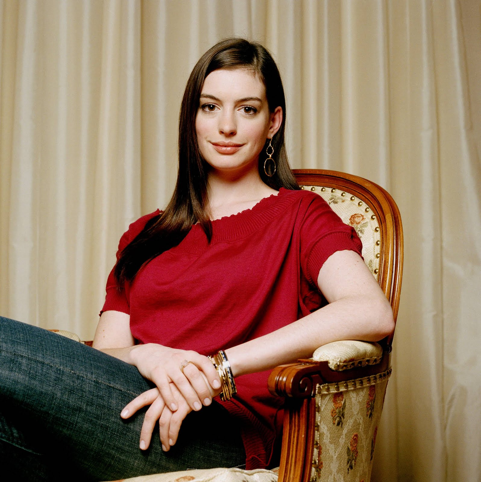 File:Anne Hathaway Red Shirt And Jeans.jpg