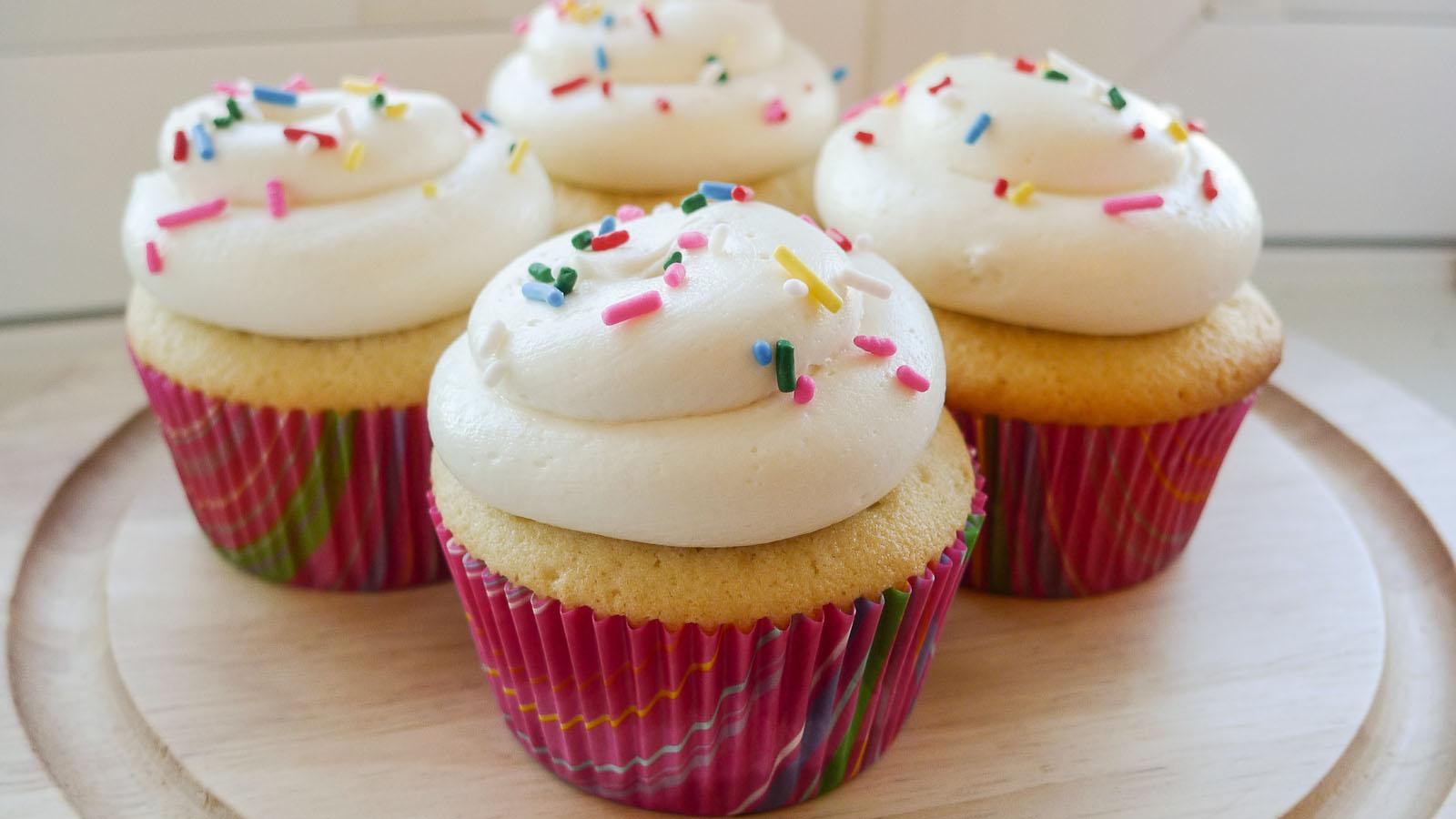 http://img2.wikia.nocookie.net/__cb20130629134848/yummy-cupcakes/images/7/7b/Vanilla_cupcakes.jpg