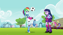 Rainbow Dash juggles the ball EG