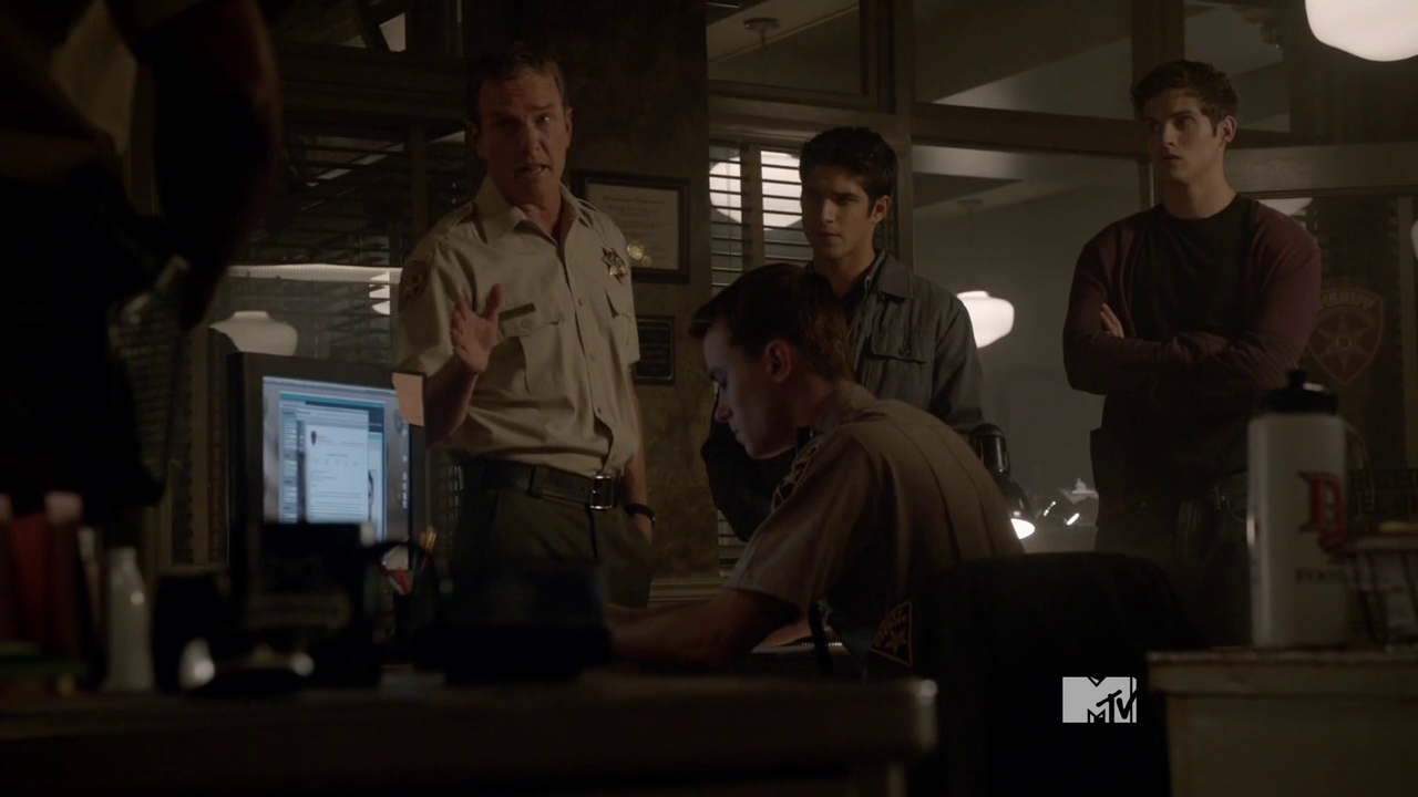 http://img2.wikia.nocookie.net/__cb20140214195405/teenwolf/images/7/73/Teen_Wolf_Season_3_Episode_18_Riddled_Sheriff_Stilinski_takes_charge.png