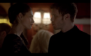 1x18-Klaus and Hayley discuss werewolves 4.png