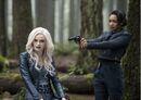 Iris apunta a Killer Frost con una pistola (Escape from Earth-2 promo).jpg